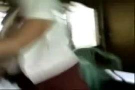 Video porno casero en el bus le hacen una paja